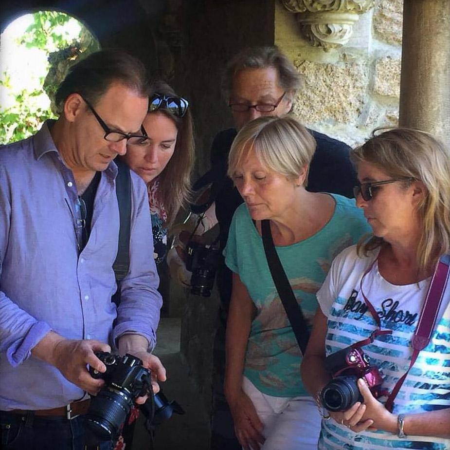 Fotografie cursus docent geeft les op locatie aan fotocursus studenten